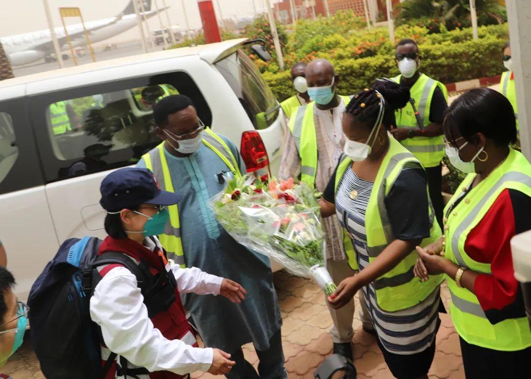 ▲4月16日,在布基纳法索首都瓦加杜古,布方代表欢迎中国政府派遣的抗疫医疗专家组专家。新华社发