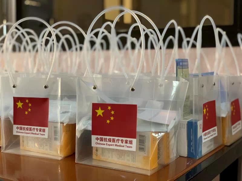 """▲4月19日,中国专家组为在布中资机构和华侨华人代表举办新冠肺炎科普讲座。专家组为每位参会人员准备了""""健康袋""""。(中国驻布基纳法索大使馆供图)"""