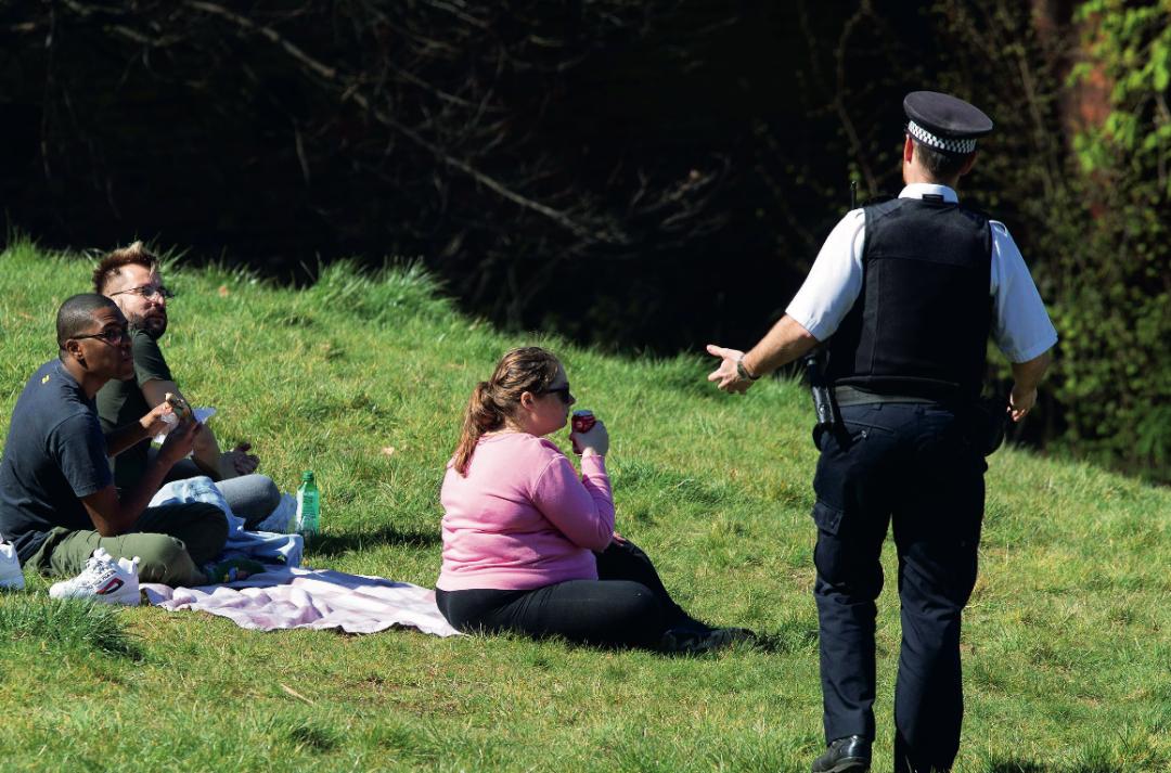 4月5日,在英国伦敦的格林尼治公园,警察劝离户外荟萃者。