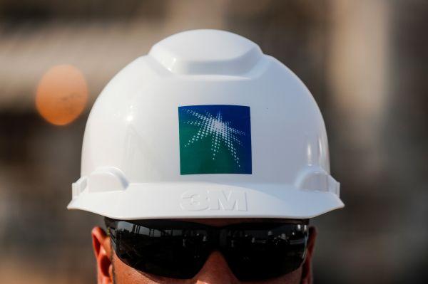 原料图片:在沙特阿拉伯布盖格拍摄的别名沙特阿美公司的员工。(新华社/路透)