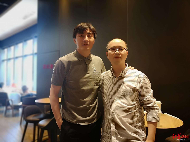 ↑ 李玮锋与红星新闻记者合影