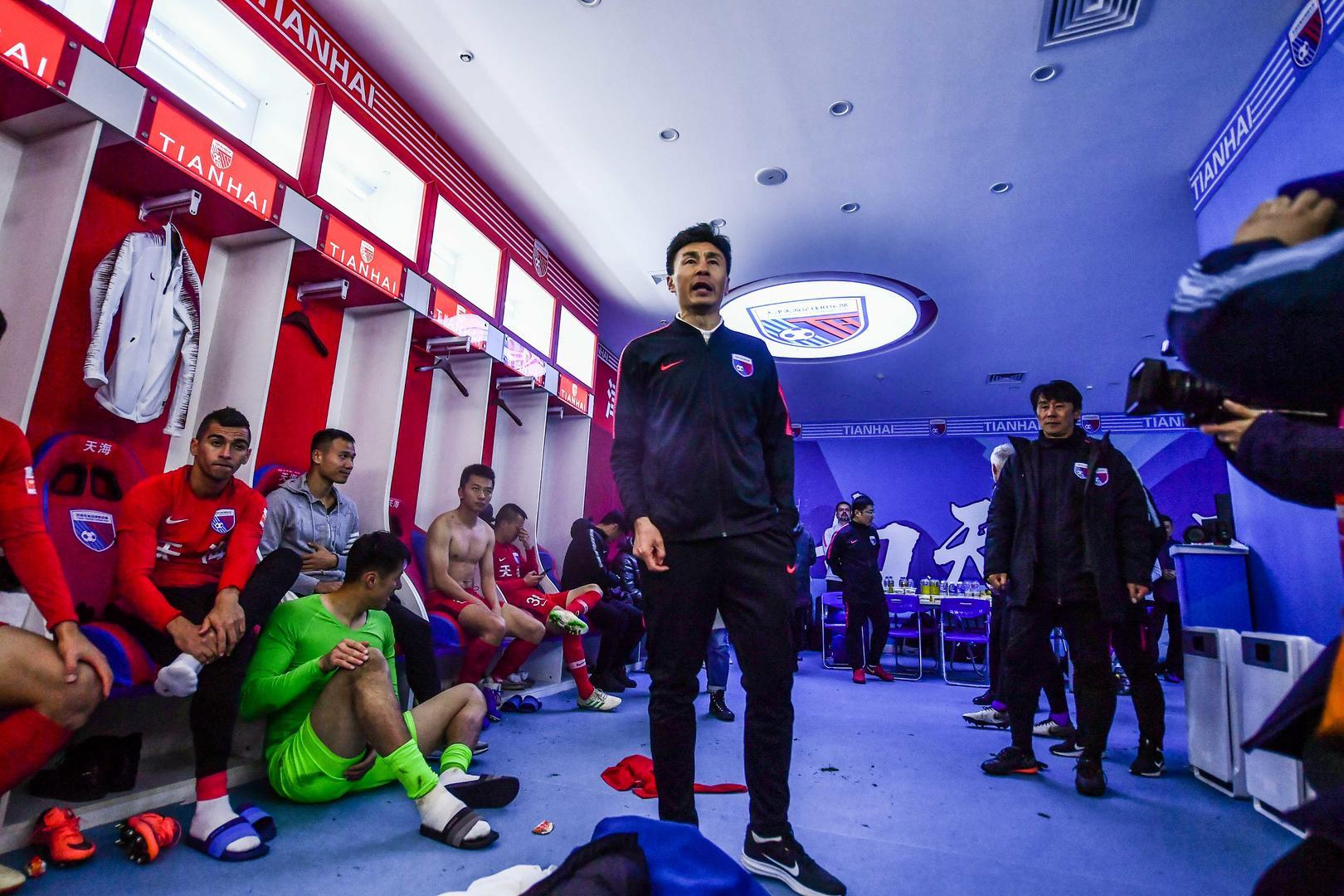 ↑ 上赛季联赛,李玮锋在天海更衣室讲话