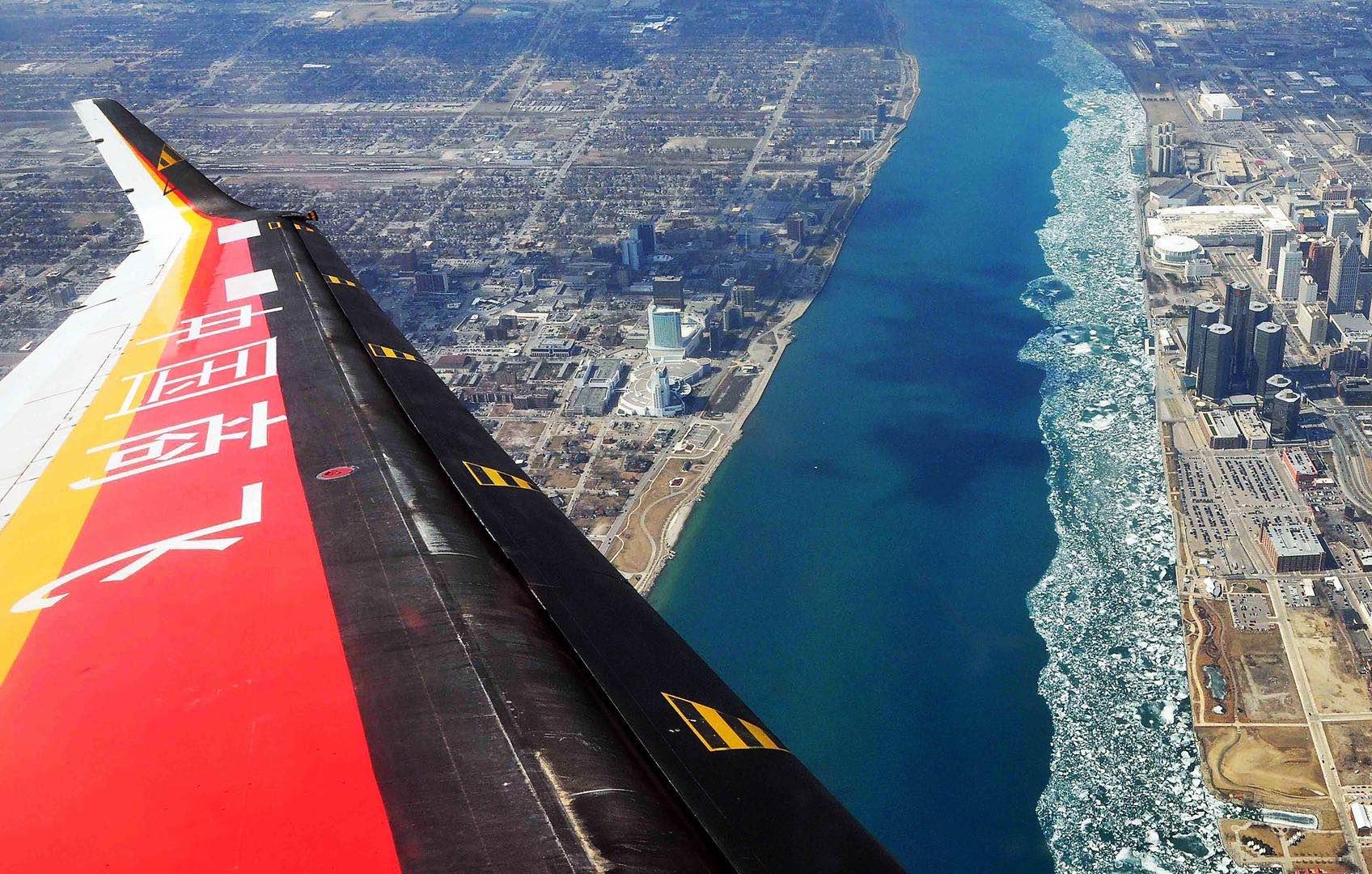 ARJ21飞机翱翔在底特律河上空