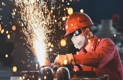 图为3月18日,工人在位于湖北省荆州市的中石化四机石油机械有限公司装备集成生产车间作业。黄志刚摄(人民视觉)