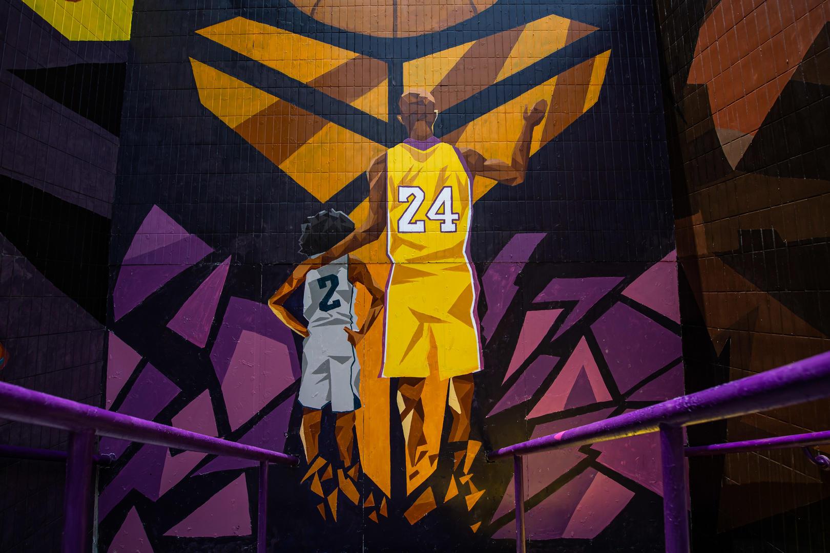 ↑广州的NBA球迷用涂鸦纪念科比和吉安娜