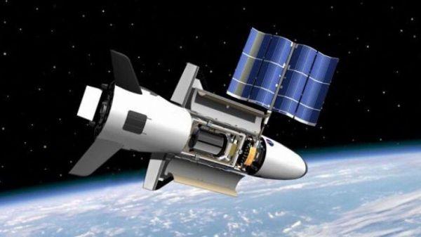资料图片:美军X-37B空天飞机在轨运行想象图。(美空军官网)