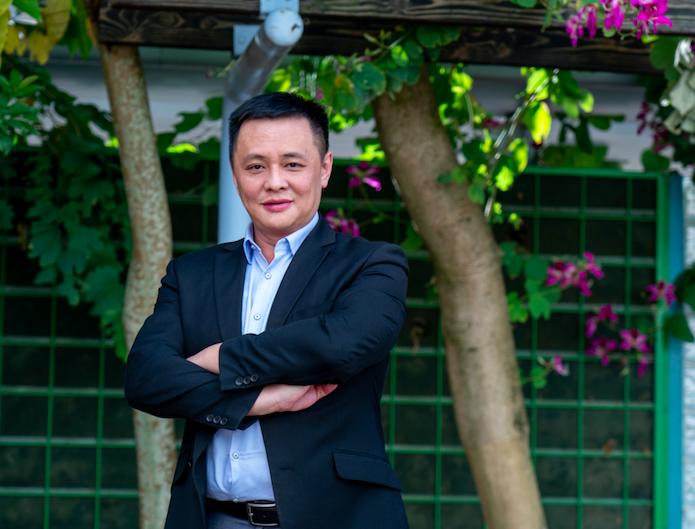 图为香港教联会副主席、将军澳香岛中学校长邓飞