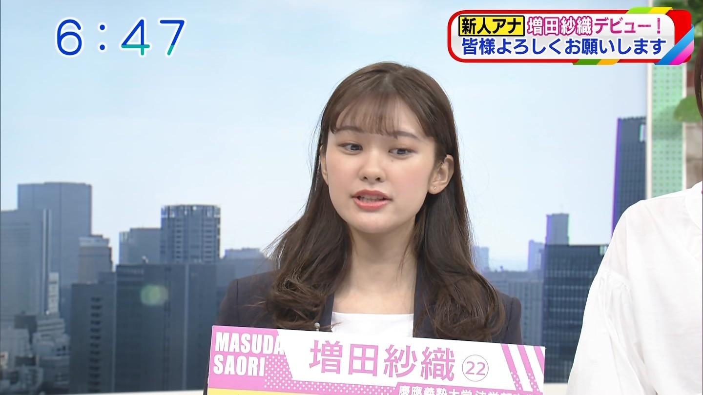 日本女主持直播中突然說不出話 雙手緊握保持平衡