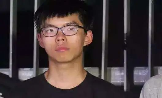 台湾警界高层聚餐两黑衣人扔下两袋蟑螂,上千只满地乱窜
