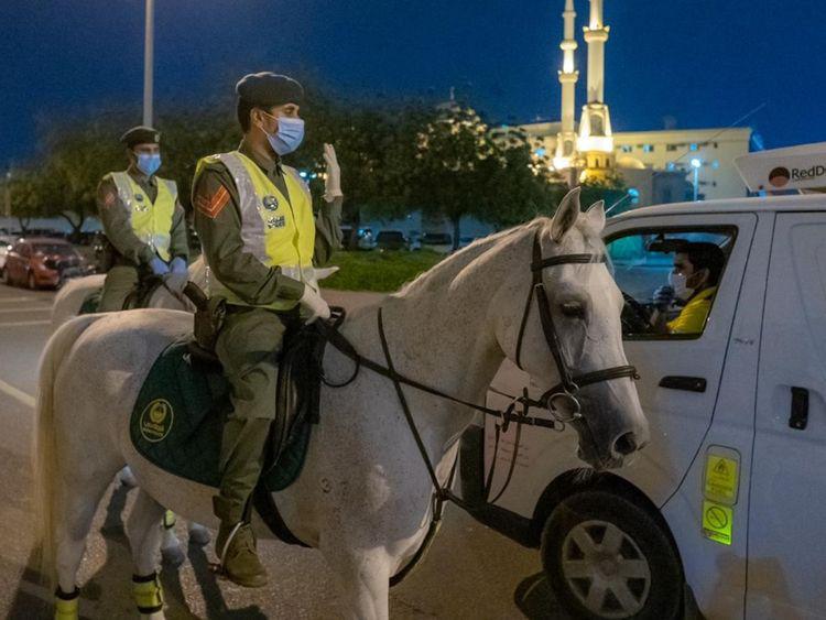 △迪拜騎警在街頭查處違反防疫規定的人 來源:當地媒體