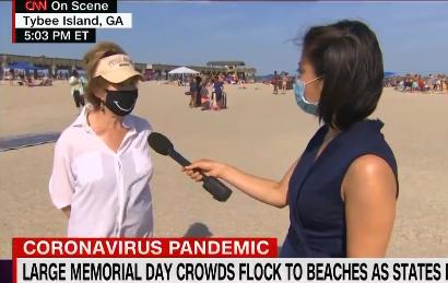 陳亦梵在泰比島海灘采訪當地市長(CNN)