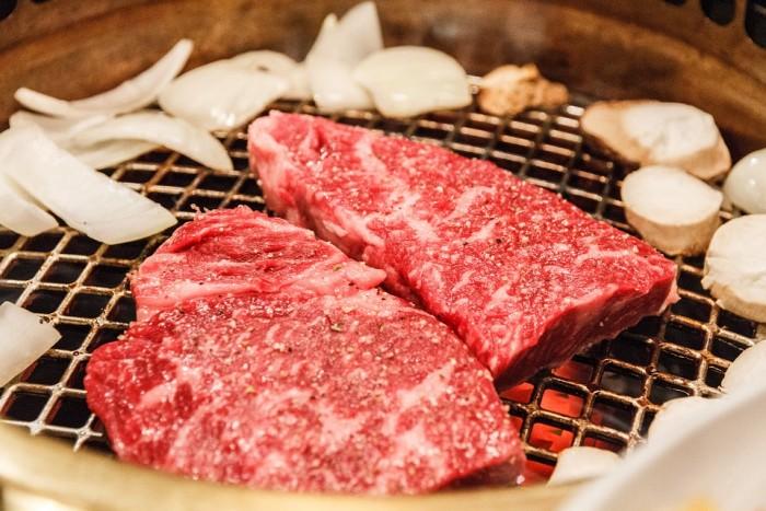 没人吃了 日本和牛价格暴跌3成:养一头牛亏6.9万