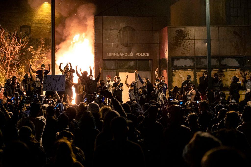 28日晚,抗议者闯入明尼阿波利斯第三辖区警局纵火。(美联社)