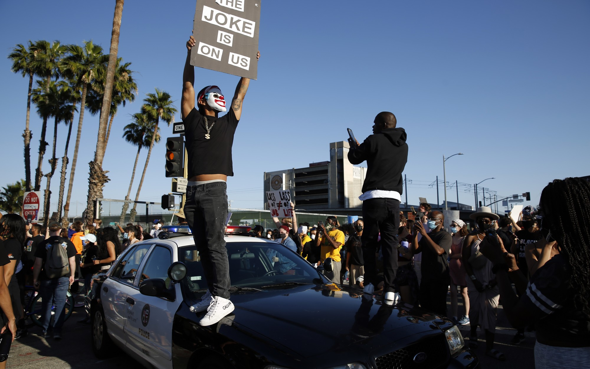 △示威者围堵洛杉矶市警察巡逻车 图片来源:《洛杉矶时报》