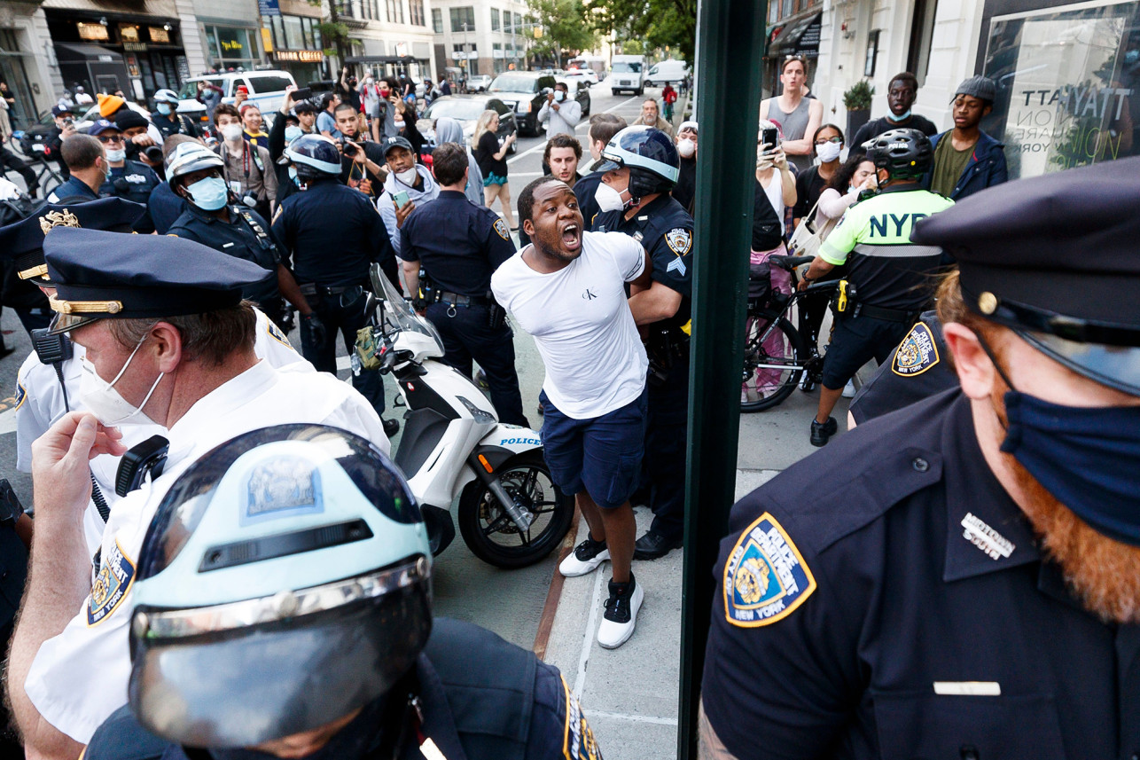 △纽约警方逮捕示威者 图片来源:《纽约邮报》