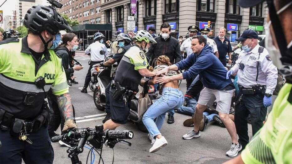 △纽约警方逮捕示威者 图片来源:�?怂剐挛磐�