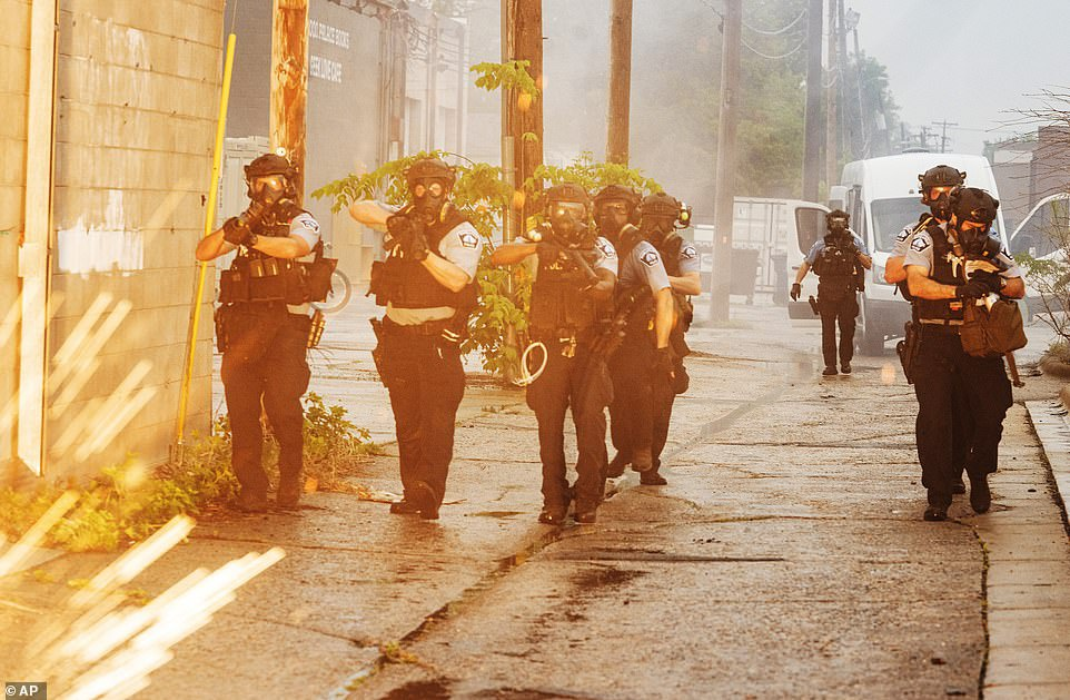 26日,明尼阿波利斯警察使用催泪弹和橡皮子弹,驱散示威者。(美联社)