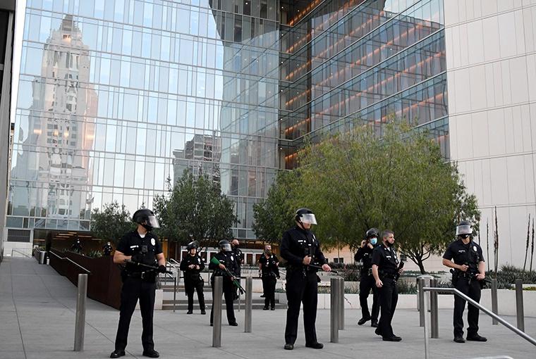 美国洛杉矶警察局_美国洛杉矶警察局将对暴力抗议者采取法律行动|暴力_新浪新闻