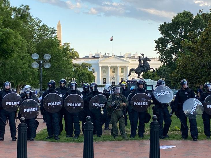 △5月30日,大批警察荟萃在白宫门前,对抗议警察暴走的示威者虎视眈眈