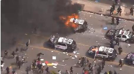 图为在洛杉矶,抗议民多销毁警车。(视频截图)