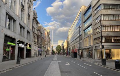 图:5月2日英国伦敦著名商业街牛津街上一切店铺关闭空无一人