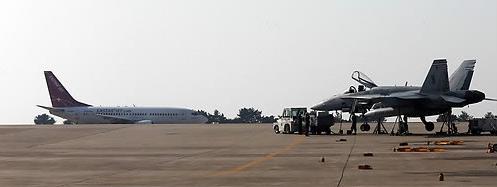 群山机场,战机与客机同框。(韩联社)