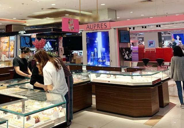 5月6日,顾客在金店选购黄金饰品 摄影:何思
