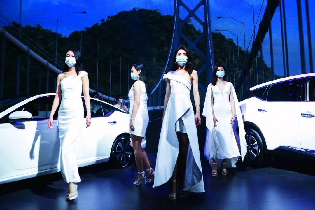 5月2日,在湖南国际会展中央举办的汽车展览会上,一些车模戴着口罩参添运动。图/人民视觉