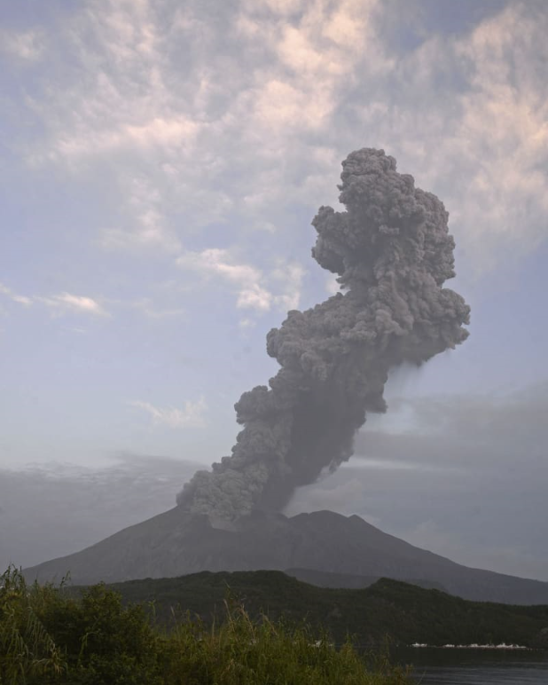 樱岛火山喷出高达4200米的灰柱(共同社)