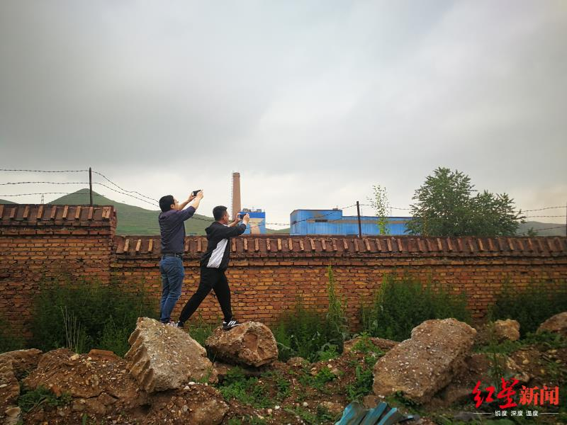 中央第六生态环境珍惜督察组在青海省西宁市甘河工业园现场检查企业废气排放情况。