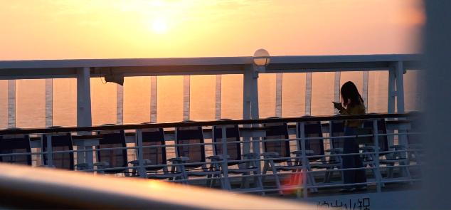 ▲乘客在游轮外赏识斜阳图据星旅远洋邮轮官网