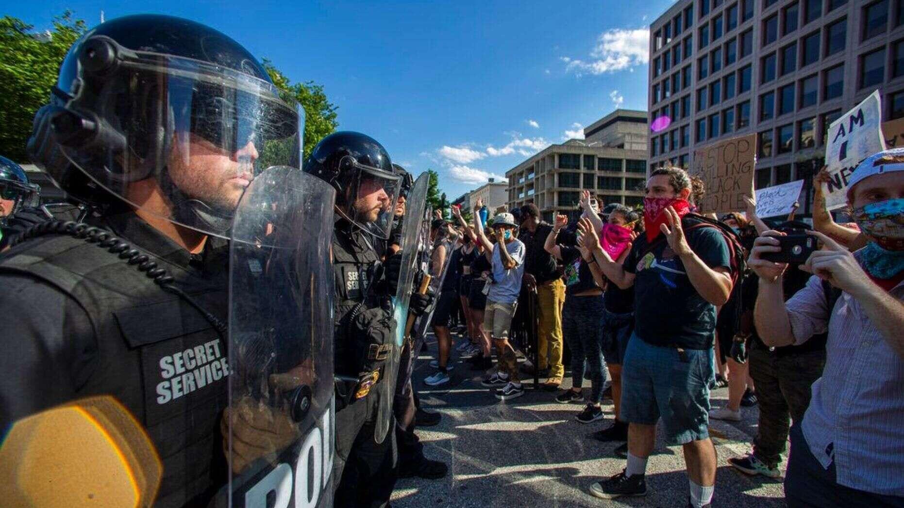 特勤局人员在宾夕法尼亚大街封锁街区(图源:美联社)