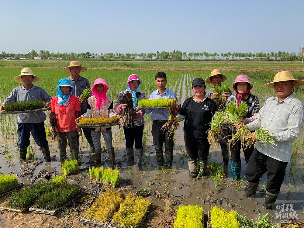 △这是稻渔空间的工人们在与总书记交流后合影。(总台央视记者章猛拍摄)
