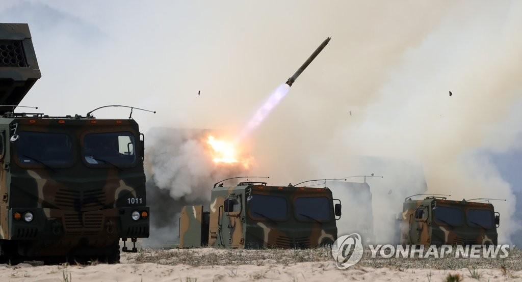 """资料图:韩军""""天舞""""火箭炮(韩联社)"""