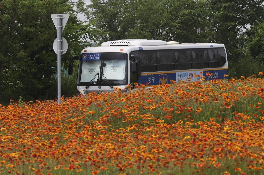 6月9日,韩国一辆警车部署在朝韩边境地区,防止民众发传单。(韩联社)