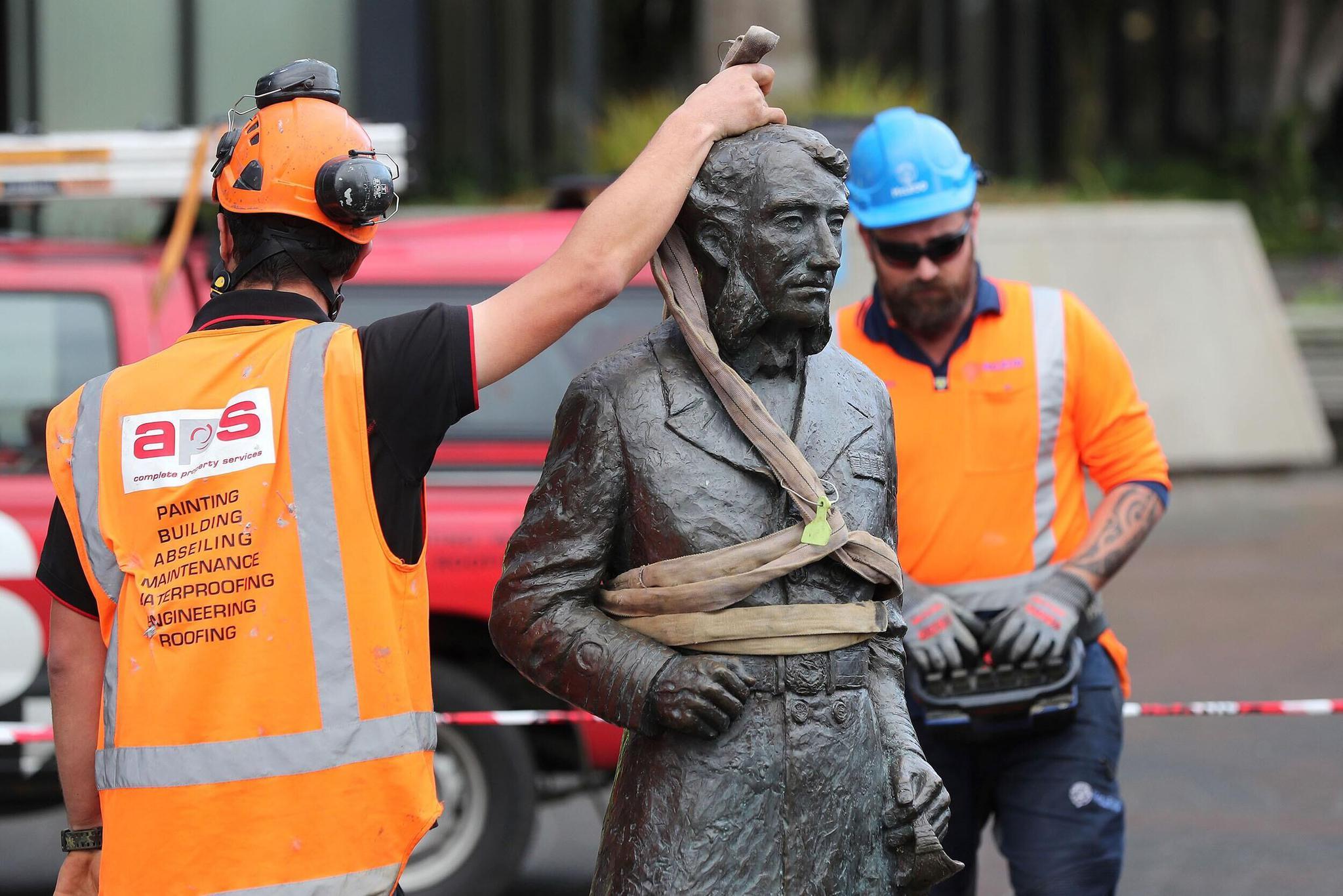 约翰·查尔斯·费恩·汉密尔顿雕像被拆除。图源:法新社