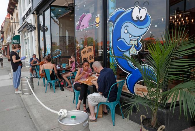 ▲6月10日,人们在美国纽约一家餐厅的户外区域用餐。(新华社/美联)
