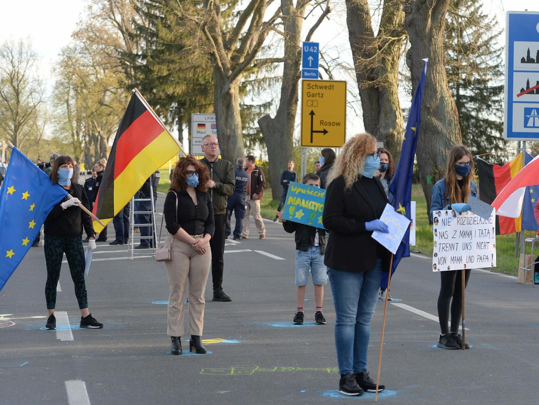 """▲当地时间4月24日,数百名滞留波兰的德国通勤工人在边境附近举行抗议,要求政府解封边境,""""让我们工作!让我们回家!""""图据Schengenvisainfo"""