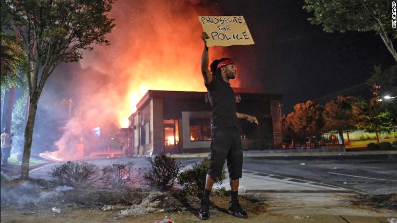 △示威民众纵火烧毁布鲁克斯一案案发地附近的快餐店(图片来源:CNN)