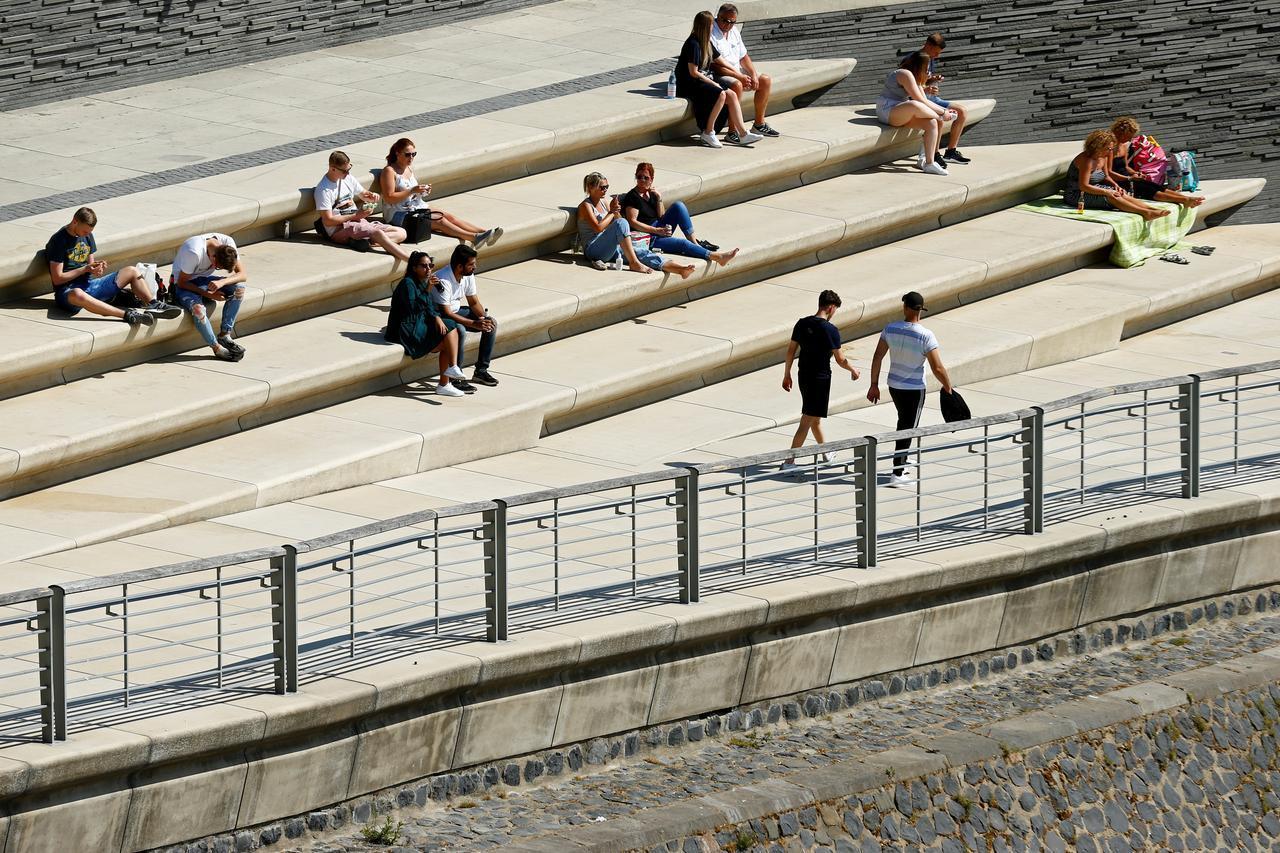 """▲当地时间5月21日,德国科隆,随着疫情形势的好转,人们在莱茵河岸享受阳光。</p> <p>  即便如此,大幅度""""解封""""已是势在必行。对于抵达旅客来说,必须在领取完行李后立即离开机场,减少逗留时间。图据法新社"""