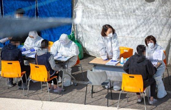 人们在京畿道检测机构进行病毒检测(中央日报)