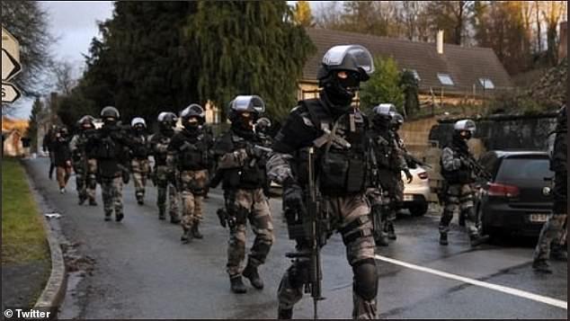 前去当地处理暴乱的法国执法部队,图源:英国《每日邮报》