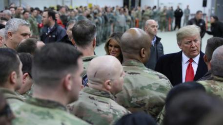 资料图:美国总统特朗普在德国拉姆施泰因空军基地迎接美军。(图源:路透社)