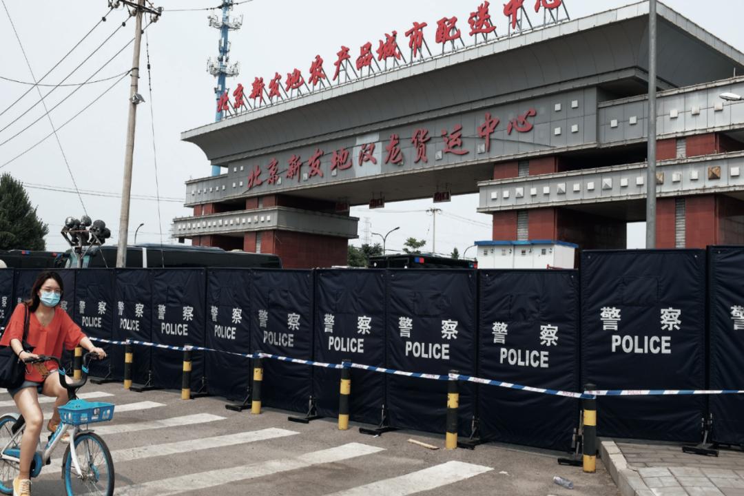 6月13日下午,北京新发地农产品城市配送中心、北京新发地汉龙货运中心均已封闭,周边道路实行了交通管制。摄影/本刊记者 张旭
