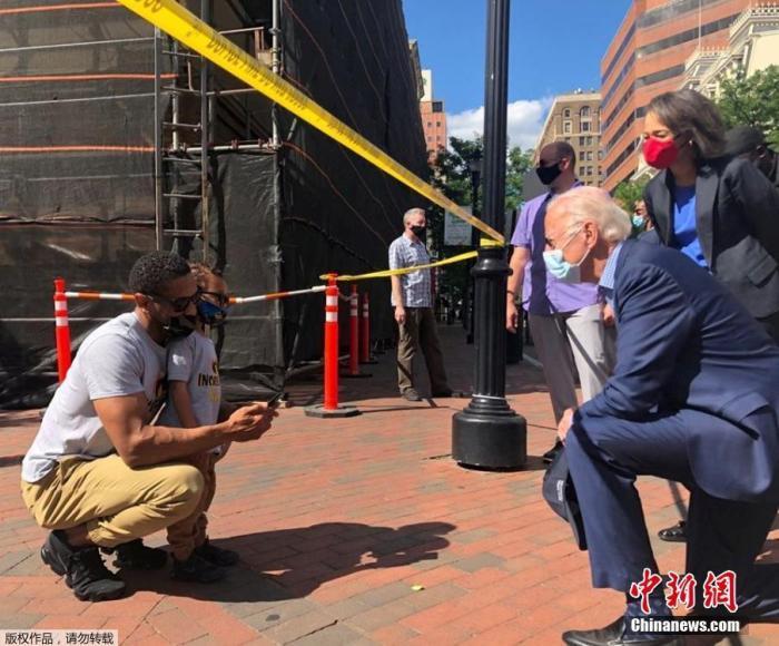 """当地时间5月31日,美国民主党总统候选人、前副总统乔·拜登在特拉华州前去了一个曾爆发了抗议示威运动的现场,单膝跪地与别名民多交谈,拜登称美国正""""处于不起劲之中""""。"""