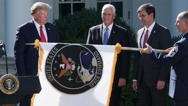 美国总统特朗普(最左)、副总统彭斯和防长埃斯珀(右起第二)出席美太空司令部公布旗帜仪式。(美国《防务新闻》周刊网站)