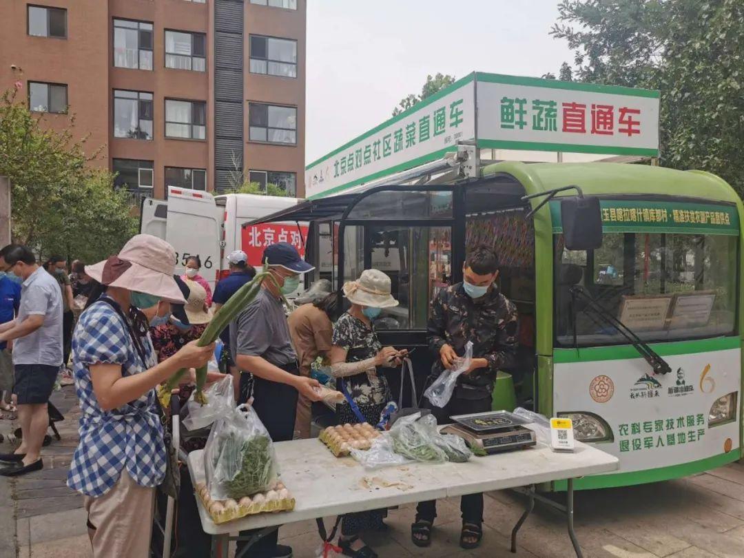 """早上10: 00。农科尚品的工作人员带中国新闻周刊记者来到另一处""""点对点""""社区。"""