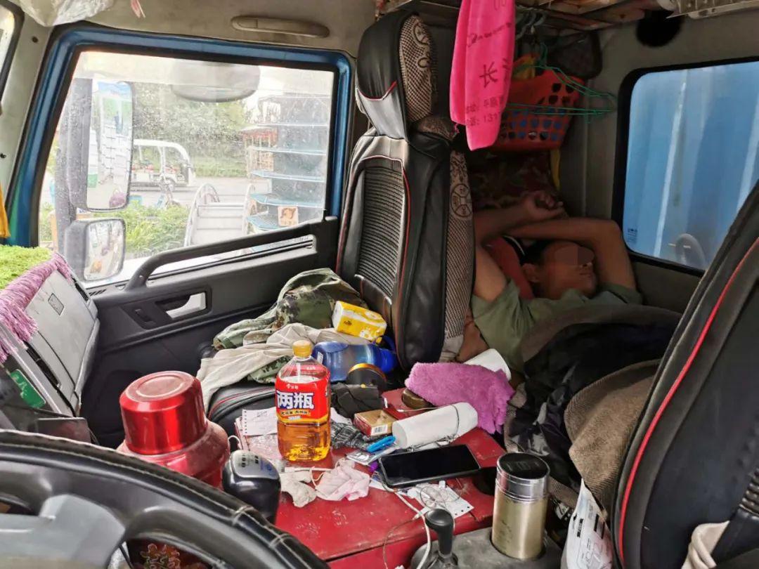 疲惫的卡车司机在睡觉。