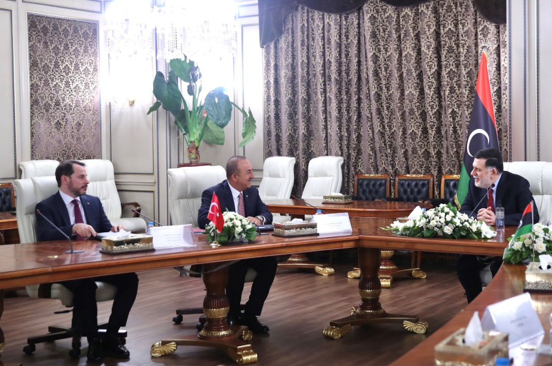 △图为会晤现场,右起分别是利比亚民族团结政府总理萨拉杰、土耳其外交部长恰武什奥卢、土耳其财政部长阿尔巴伊拉克 来源:土耳其媒体