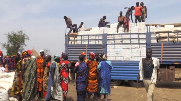 △南苏丹难民营等待发放粮食援助的人们